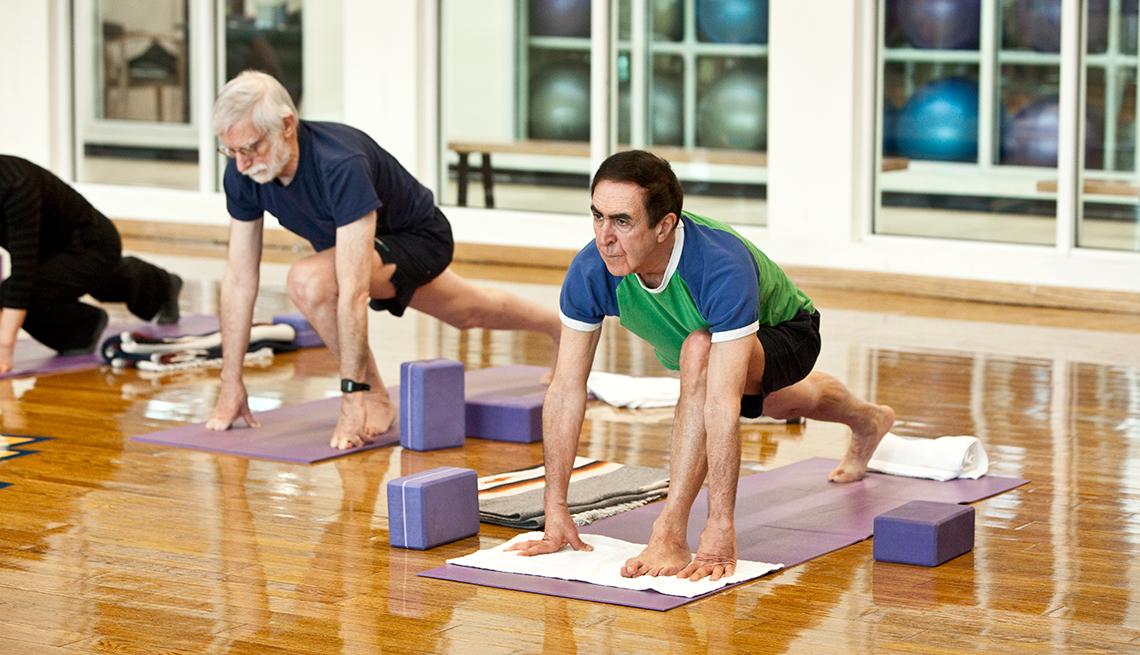 Hombres haciendo ejercicios de estiramiento - Yoga