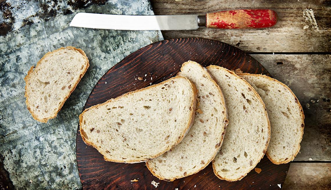 Rebanadas de pan en un picador