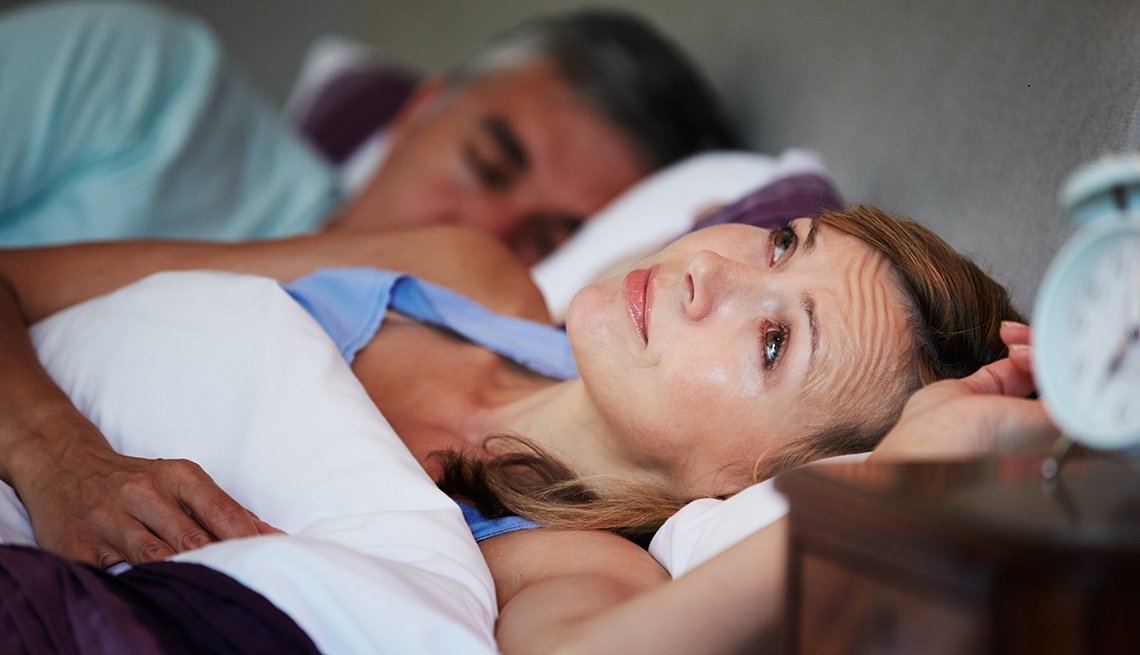 Mujer acostada sin poder dormir