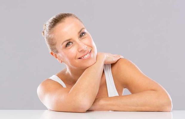 Perfil de una mujer mostrando sus brazos