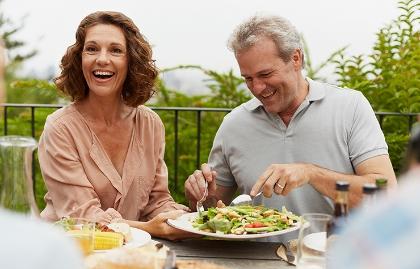 Pareja comiendo al aire libre