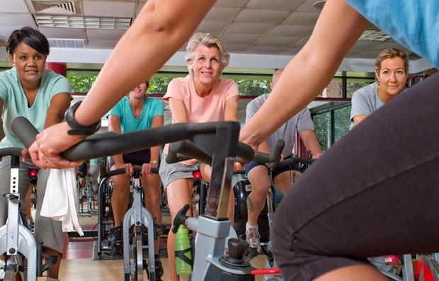 Grupo tomando una clase de spinning