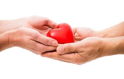 Manos sosteniendo un corazón