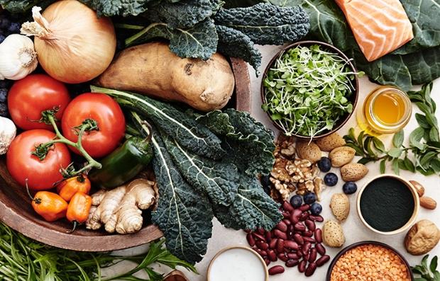 Vegetales y verduras sobre una mesa