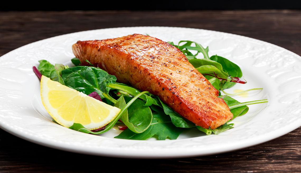 Filete de salmón y ensalada
