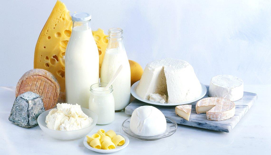 Alimentos que debes evitar antes de una salida romántica - Productos lácteos sobre una mesa