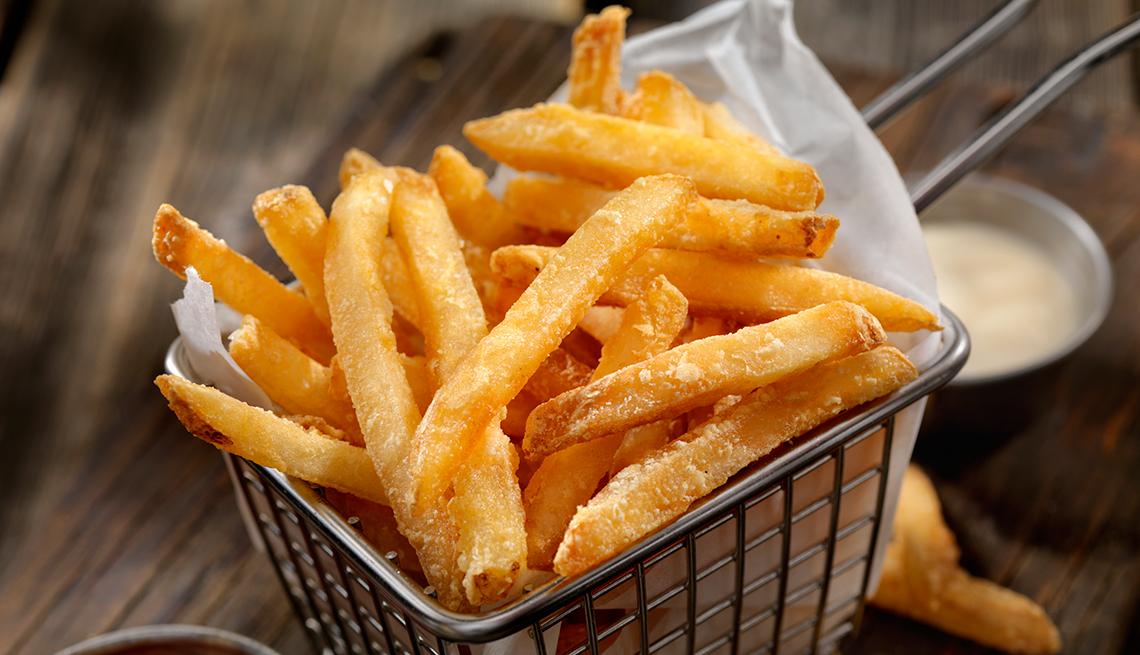 item 5 of Gallery image - Alimentos que debes evitar antes de una salida romántica - Canasta con papas fritas