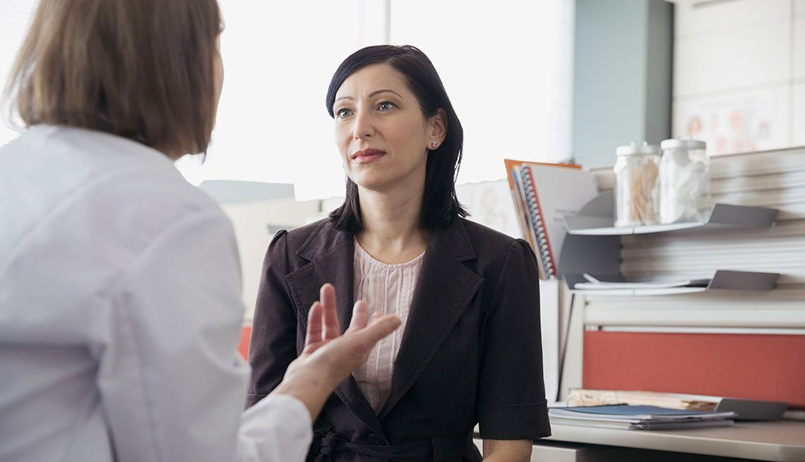 Mujer consultando a su ginecólogo