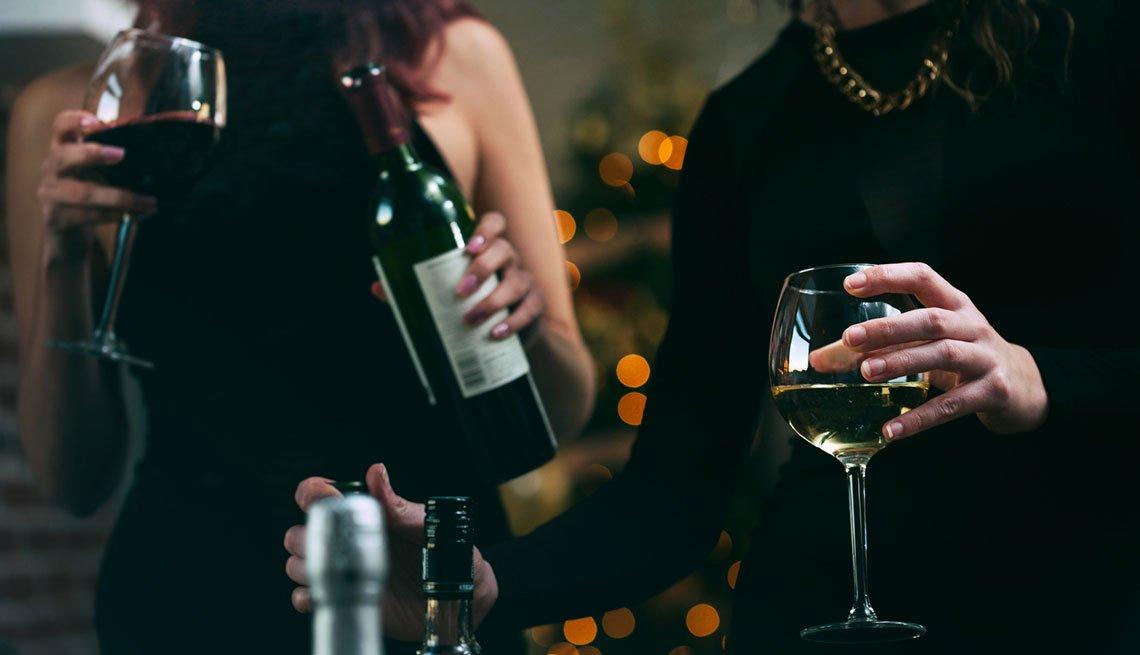 Mujer en una fiesta consumiendo alcohol