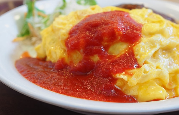 Tortilla con verduras y salsa roja