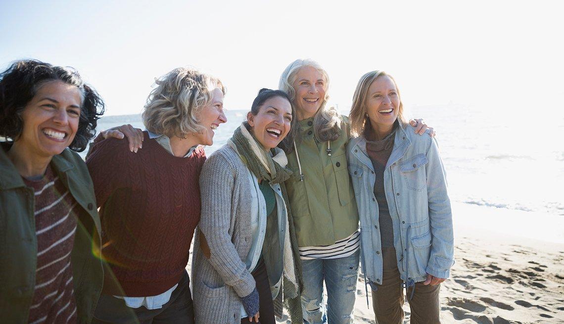 Grupo de mujeres en una playa
