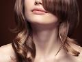 Cuello de una mujer con cabello largo que ilustra una cirugía de cuello para mejorar su apariencia