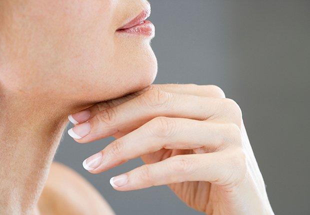 Cuello de una mujer que quizá se haga un tratamiento inyectable para mejorar su apariencia.
