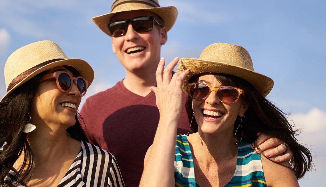 Tres adultos con gafas