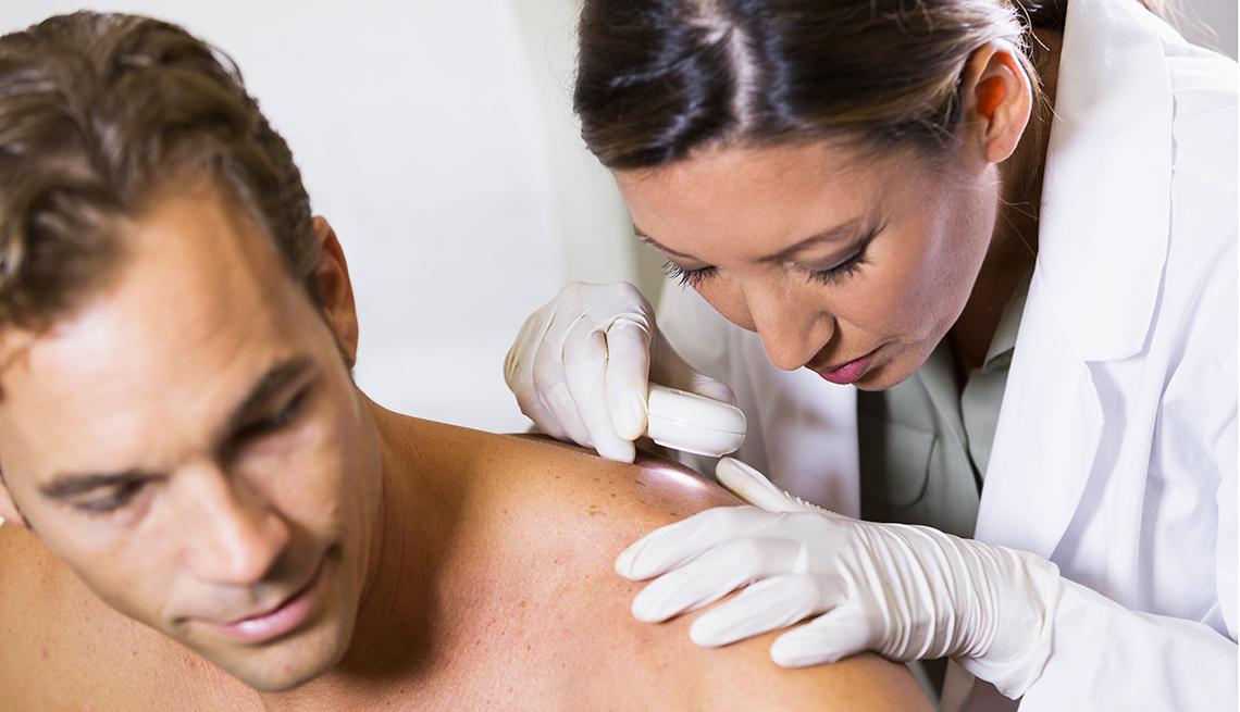 item 9 of Gallery image - Dermatóloga viendo un paciente