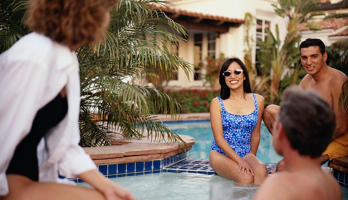 Varios adultos compartiendo en una piscina