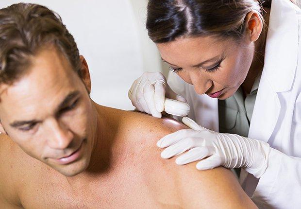 Dermatóloga viendo un paciente