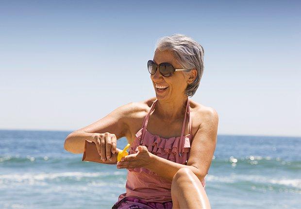 Mujer poniéndose bloqueador solar