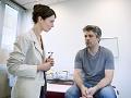 Hombre consultando a su doctor - Ginecomastía