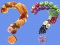 Signos de interrogación formados con comida chatarra y alimentos saludables