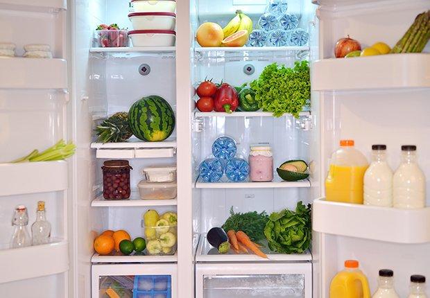 Refrigerador abierto y lleno de alimentos