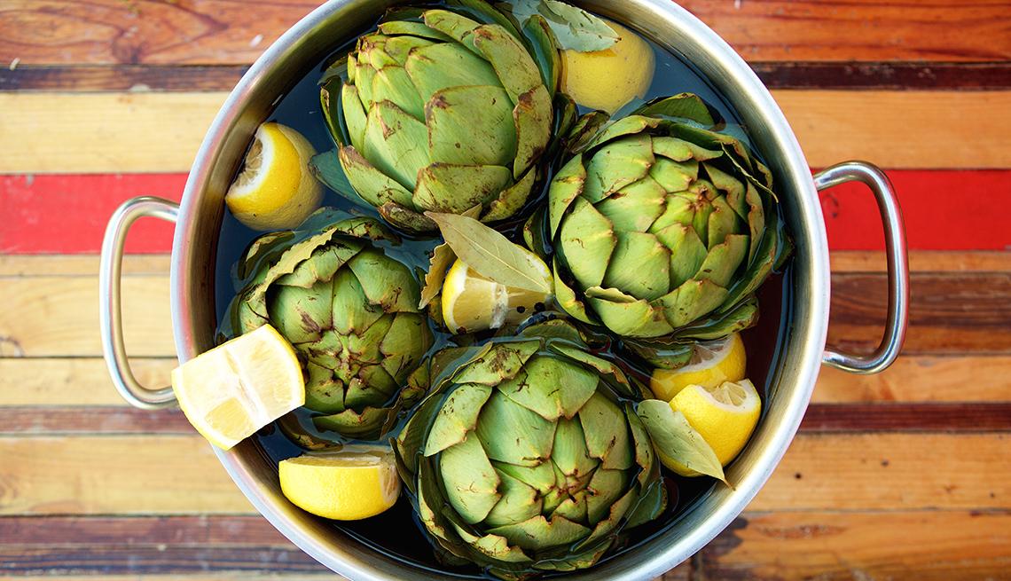 Alcachofas en una olla