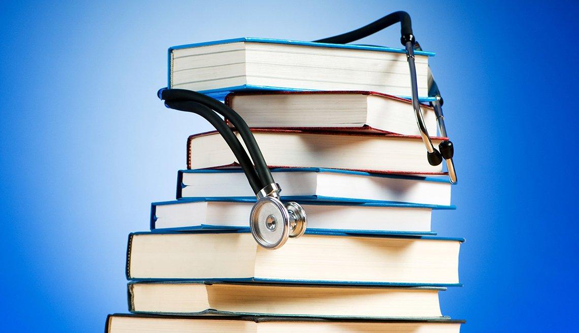 Pila de libros y estetoscopio