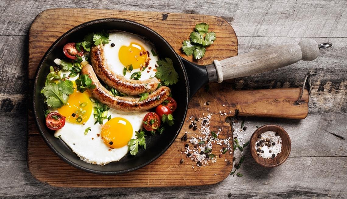 Desayuno de huevos y embutidos