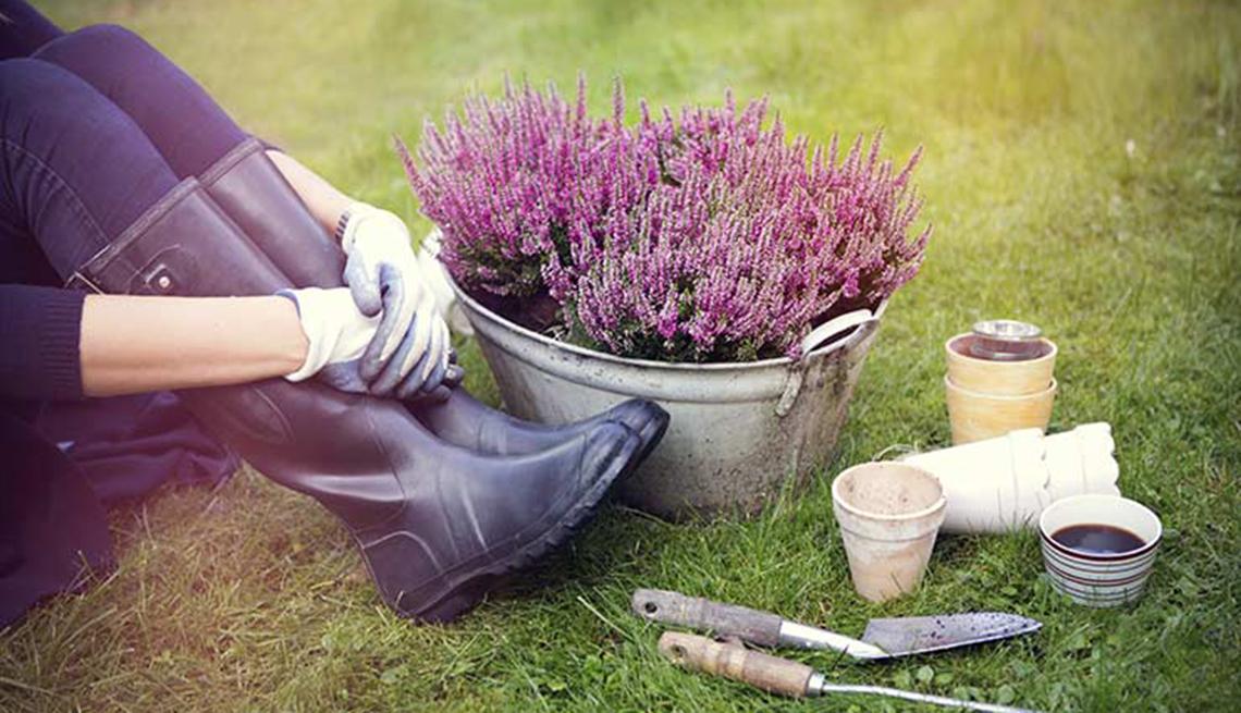 Mujer tomándose un descanso luego de trabajar en el jardín