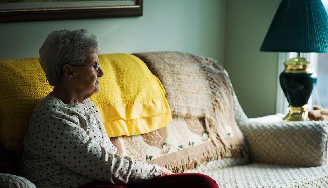 Mujer sola sentada en un sofá