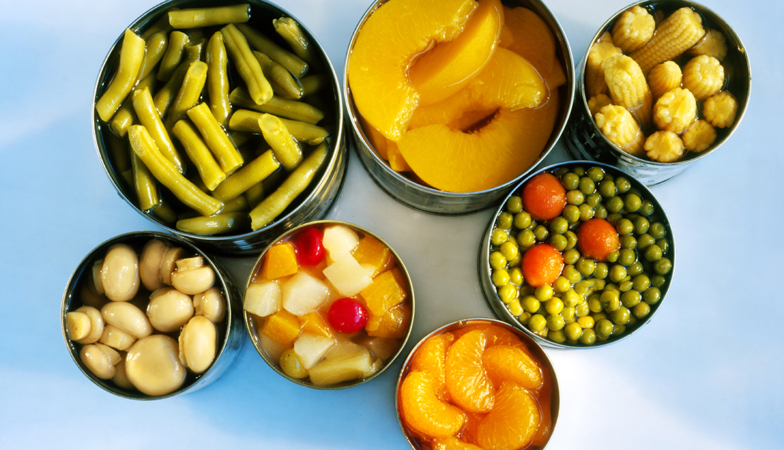 Varios alimentos enlatados