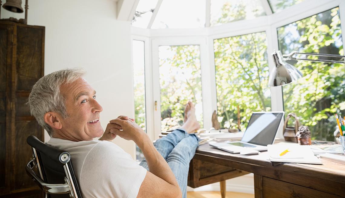 Hombre relajado sentado frente a su computador