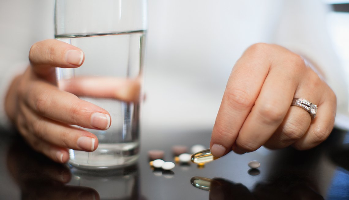 Persona lista para tomar sus vitaminas