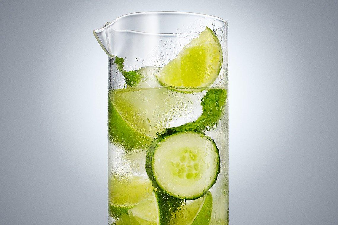 Agua con lima, menta y pepinillo