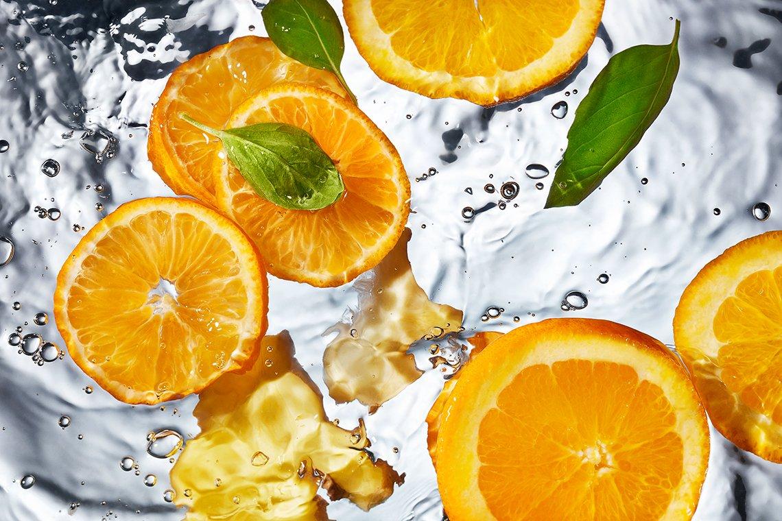 Naranja, gengibre y albahaca en agua