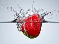 Fresa cayendo al agua