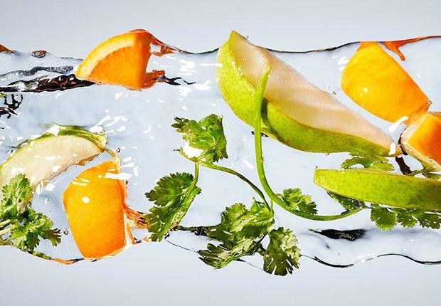 Mandarina, pero y cilantro en agua