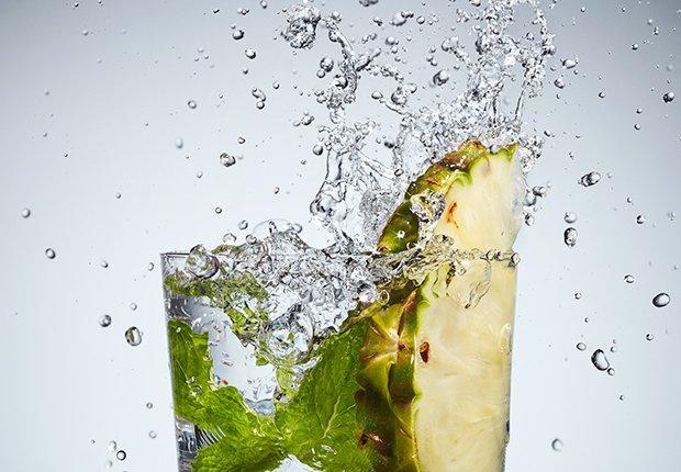 Piña y menta en agua
