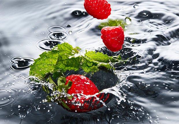 Agua con fresas, frambuesas y menta