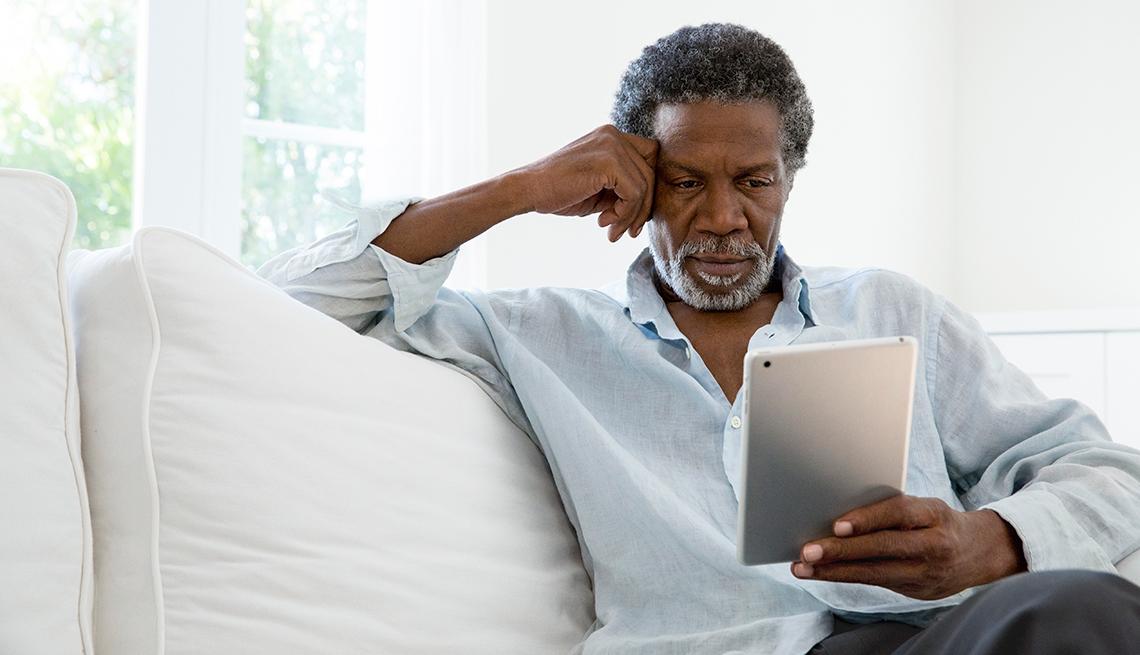Hombre sentado con su tableta