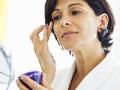 Mujer poniéndose crema en la cara