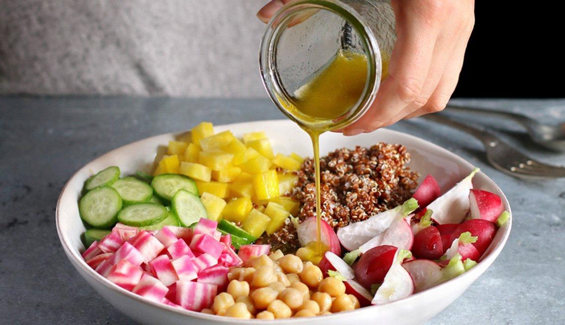Aderazando una ensalada