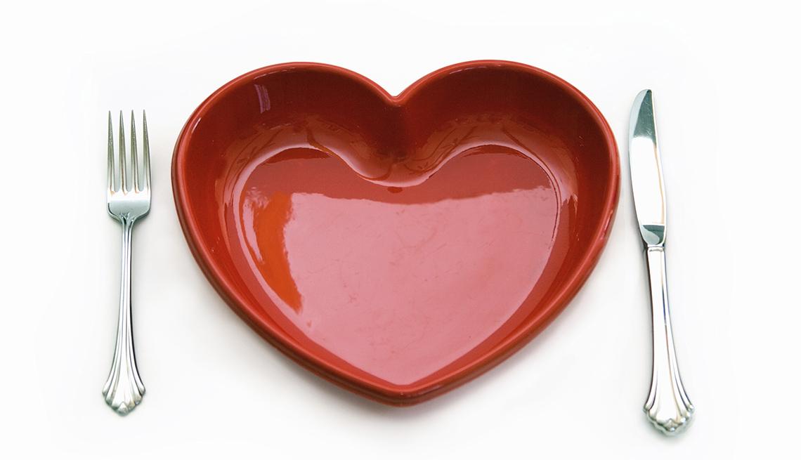 Plato en forma de corazón y cubiertos a cada lado