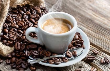 Taza de café rodeada de granos de café