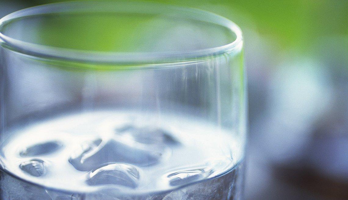 Vaso de agua con hielo