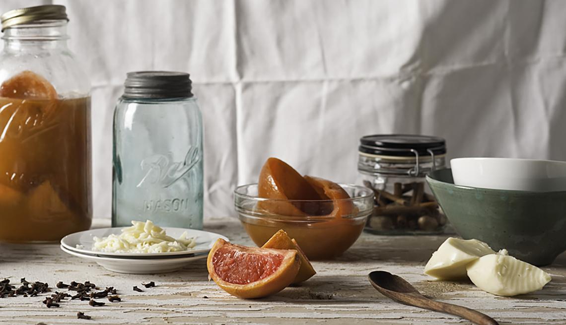 Toronja en la mesa con platos y jarras