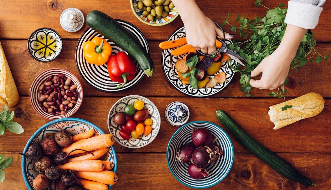 Vegetales en diferentes platos sobre la mesaa