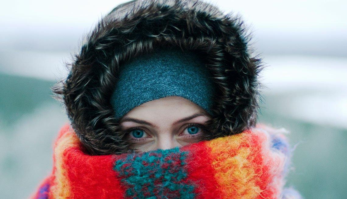 Mujer abrigada para protegerse del frío