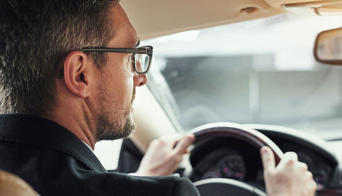 Hombre mayor conduciendo un carro