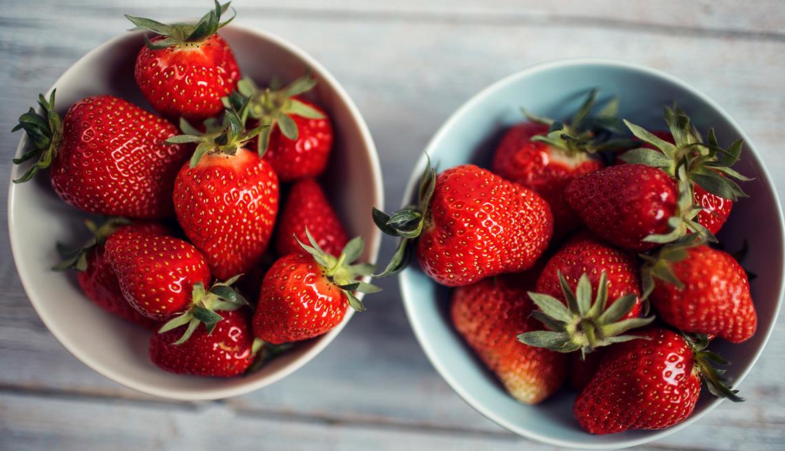 Dos platos hondos con fresas
